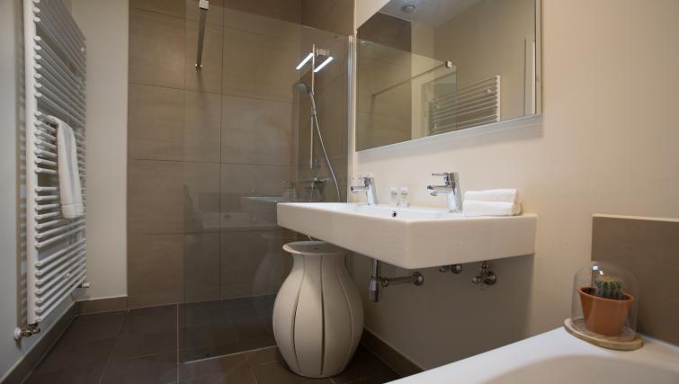 Bathroom at Gershwin Serviced Apartments, Amsterdam - Citybase Apartments