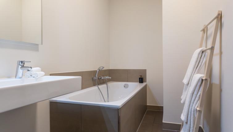 Bath at Gershwin Serviced Apartments, Amsterdam - Citybase Apartments
