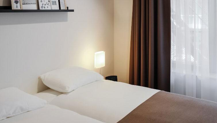 Twin beds at Gershwin Serviced Apartments, Amsterdam - Citybase Apartments