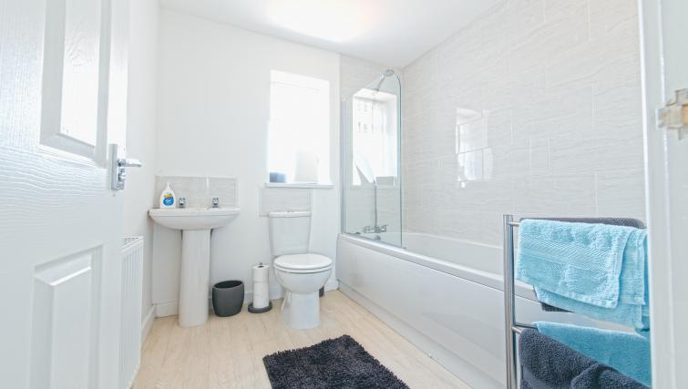 Bathroom at Sutton Muse Serviced Apartment - Citybase Apartments