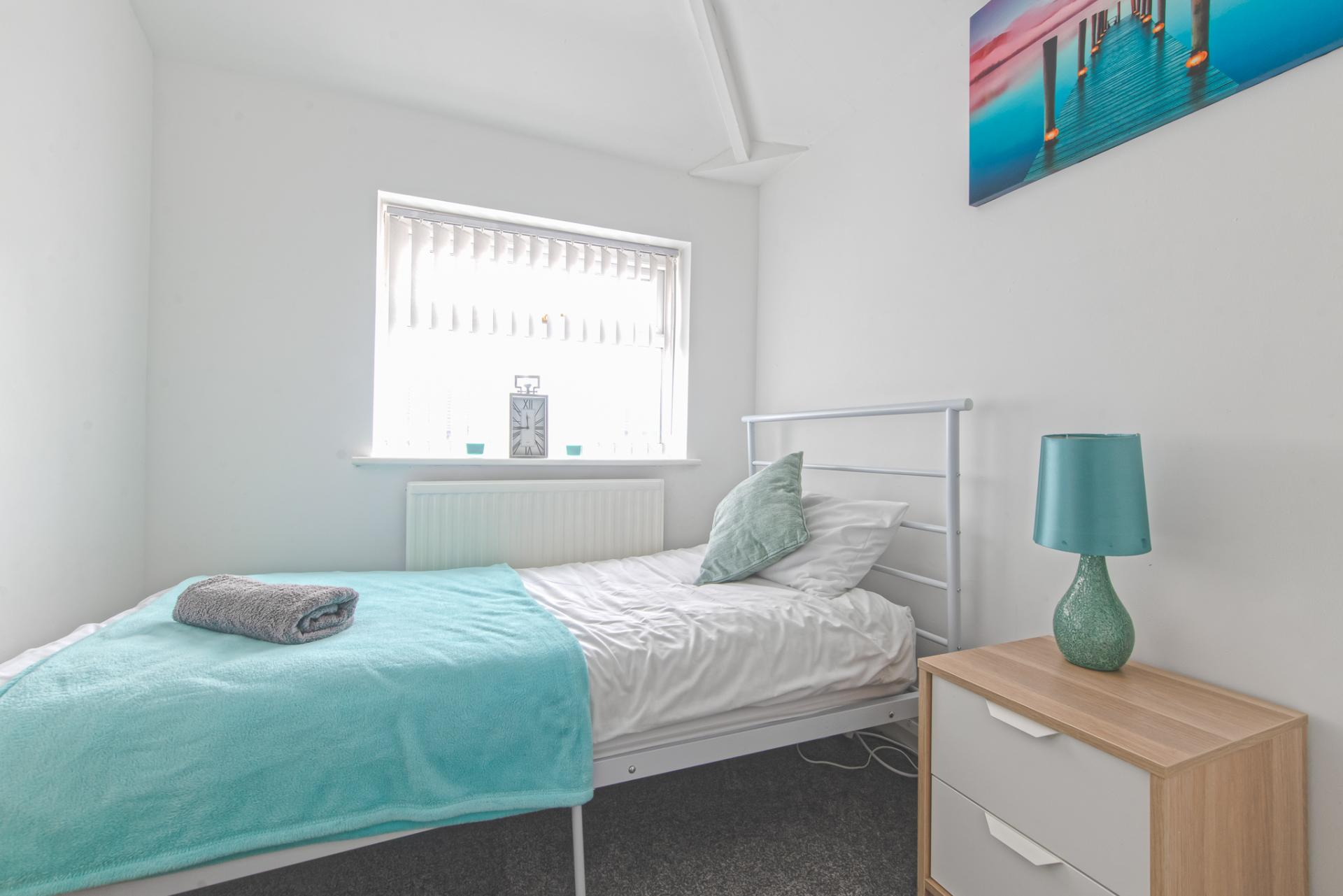 Single bed at Throstle House Serviced Apartment, Middleton, Leeds - Citybase Apartments