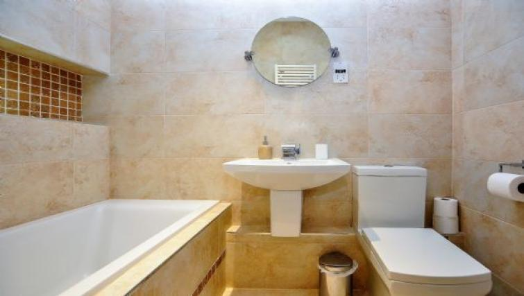 Bathroom at Fountains View Apartment - Citybase Apartments