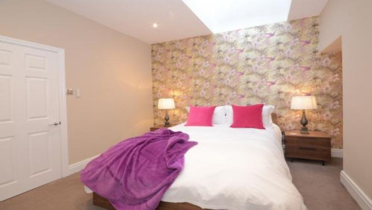 Double bed at Lucy's Lodge - Citybase Apartments