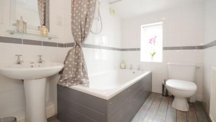Bathroom at Hampden Street Apartment - Citybase Apartments