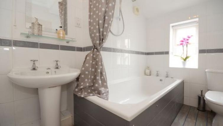 Bath at Hampden Street Apartment - Citybase Apartments