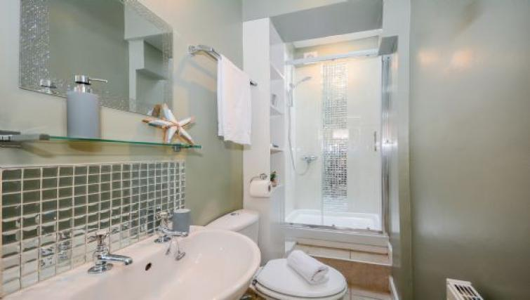 Bathroom at Hideaway House - Citybase Apartments