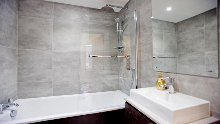 Bathroom area at the Sunny Cromwell Apartment - Citybase Apartments
