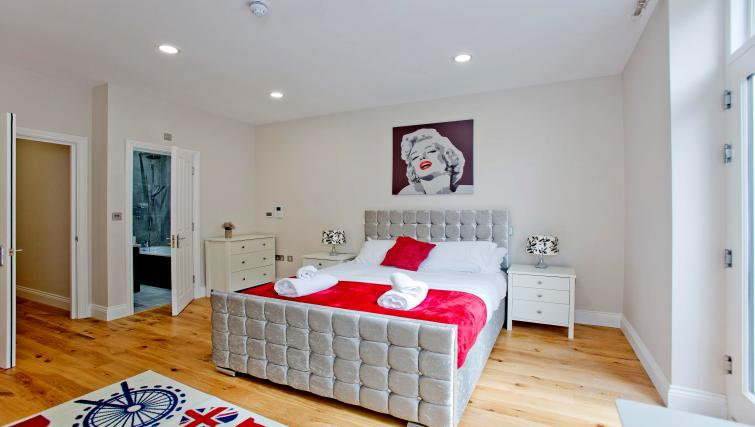 Bed decor at the Sunny Cromwell Apartment - Citybase Apartments