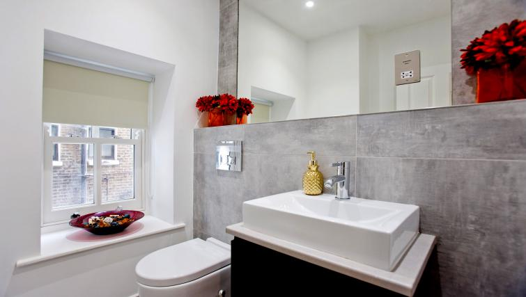 WC at the Sunny Cromwell Apartment - Citybase Apartments
