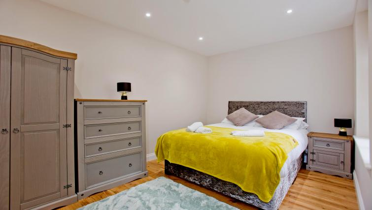 Stylish bed at the Sunny Cromwell Apartment - Citybase Apartments