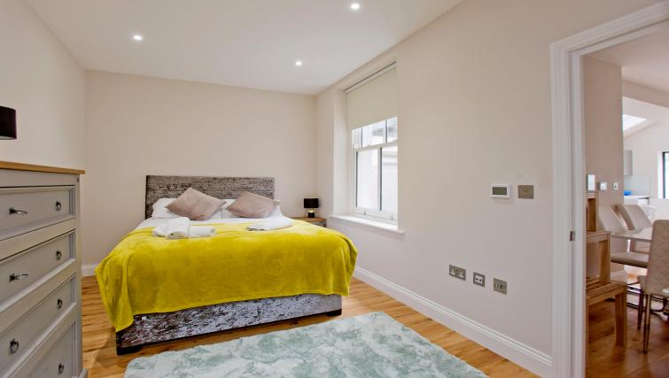 Stylish room at the Sunny Cromwell Apartment - Citybase Apartments