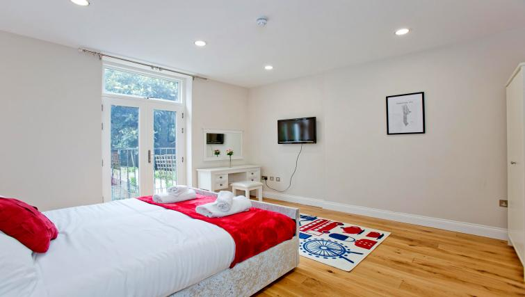 Bed at the Sunny Cromwell Apartment - Citybase Apartments