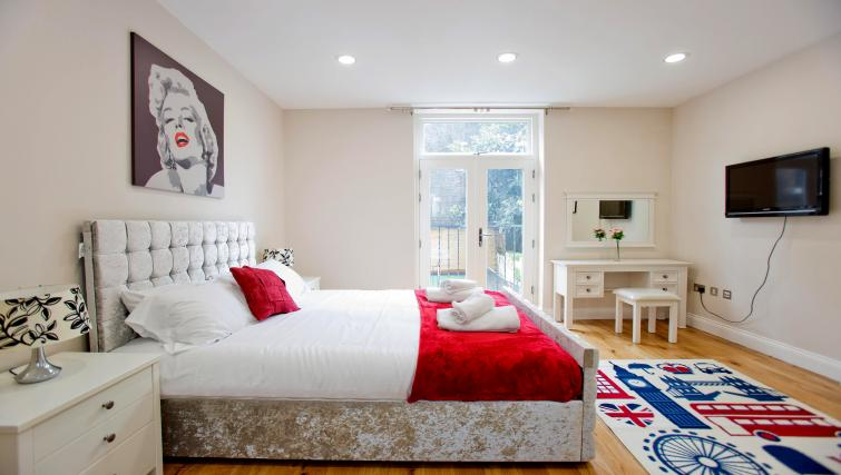 Large bed at the Sunny Cromwell Apartment - Citybase Apartments