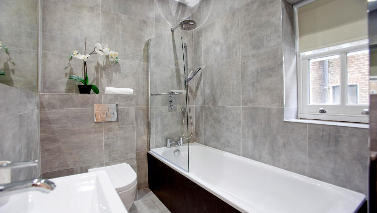 Bath at the Sunny Cromwell Apartment - Citybase Apartments