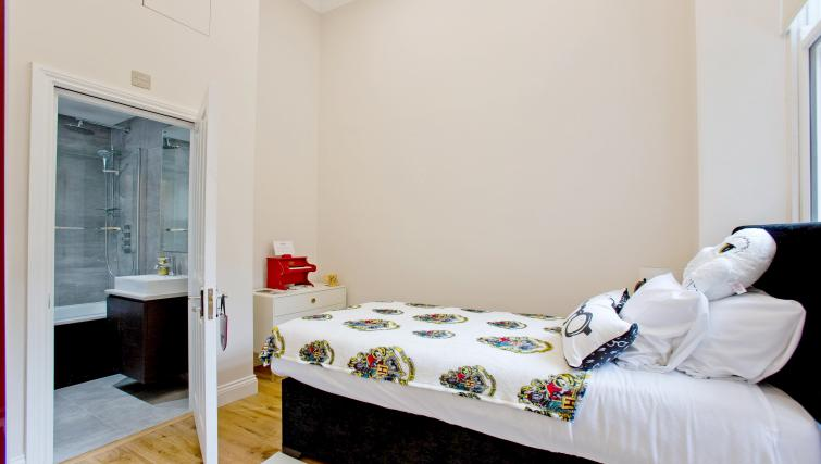 Little bed at the Sunny Cromwell Apartment - Citybase Apartments