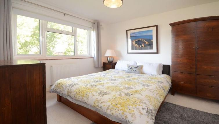 Double bed at Woodlea House - Citybase Apartments