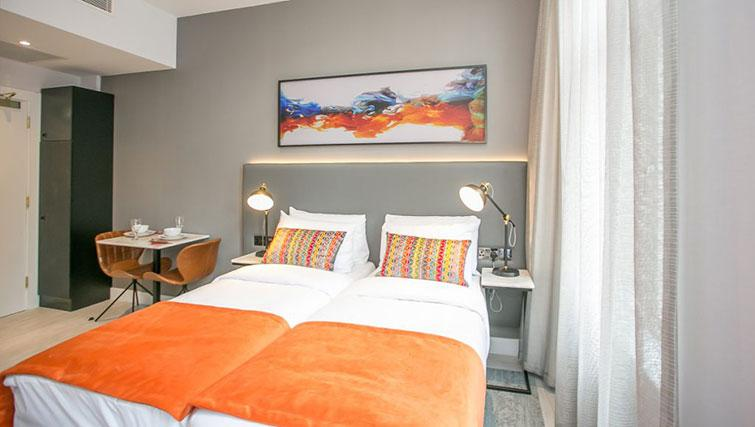 Twin beds at Grafton House Apartments - Citybase Apartments