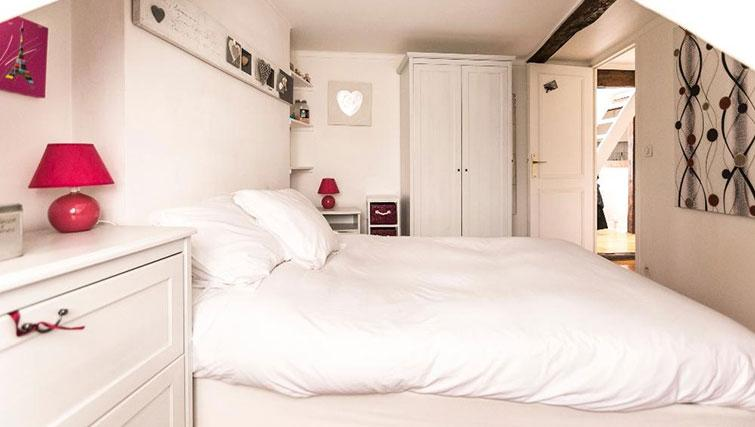 Double bed at Saint Sébastien Apartment - Citybase Apartments