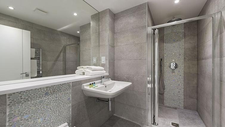 Shower at Maltings Place Apartments - Citybase Apartments