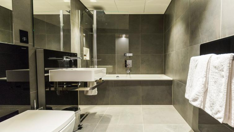 Contemporary bathroom at Native Bankside Apartments - Citybase Apartments