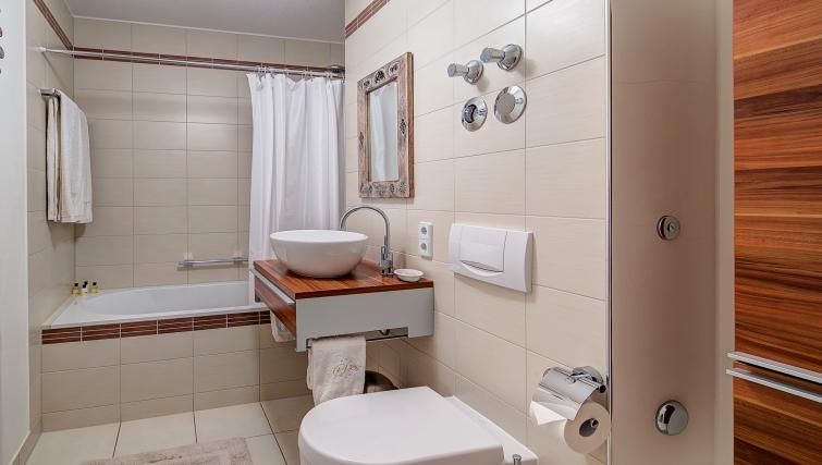 Tranquil bathroom in Viktorias Apartment - Citybase Apartments