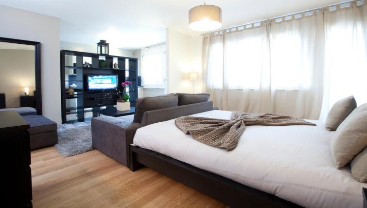 Bed at Goetz Monin Apartments - Citybase Apartments