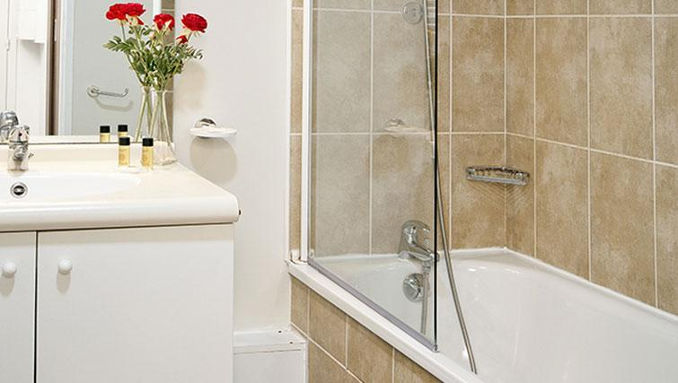 Bathroom at Residhome Bures la Guyonnerie - Citybase Apartments