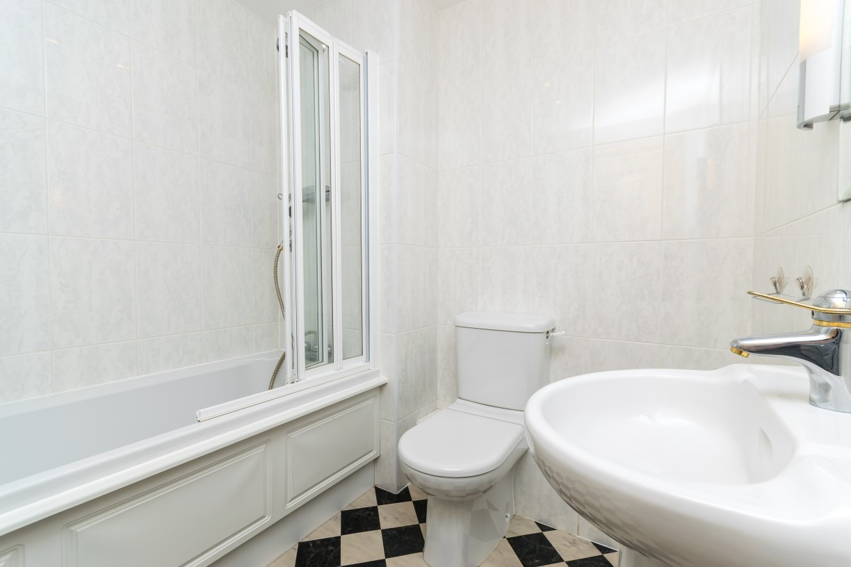Second bathroom at Foregate Street Apartment - Citybase Apartments