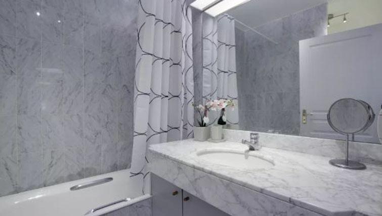 Bathroom at the Leonard de Vinci Apartment - Citybase Apartments