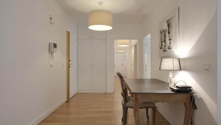 table at the Leonard de Vinci Apartment - Citybase Apartments