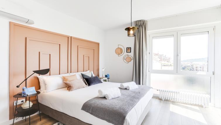 Spacious bedroom at Eixample Borrell Apartment - Citybase Apartments