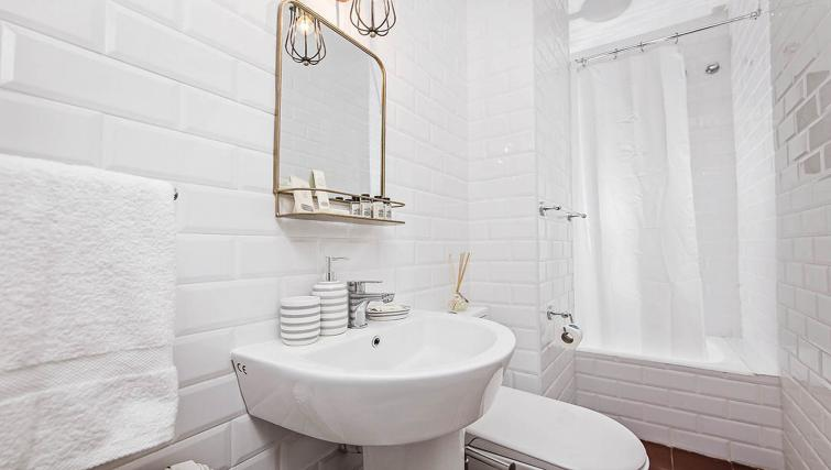 Bright bathroomat Bailen Apartment - Citybase Apartments