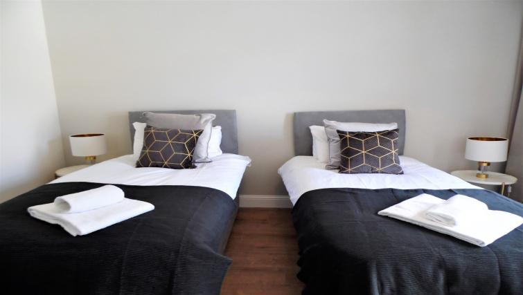 Twin beds at Langlands House - Citybase Apartments