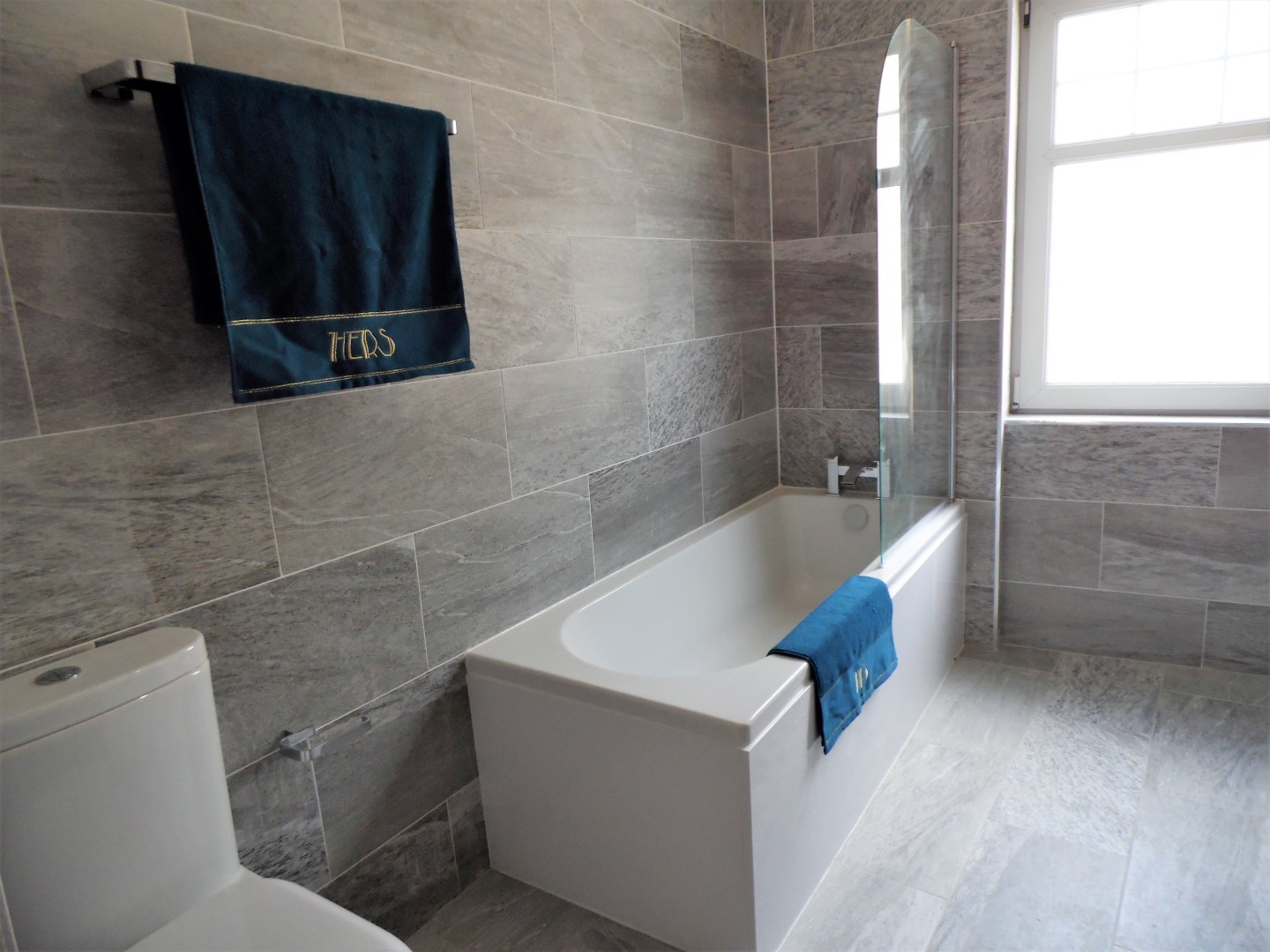 Bath tub at Langlands House - Citybase Apartments