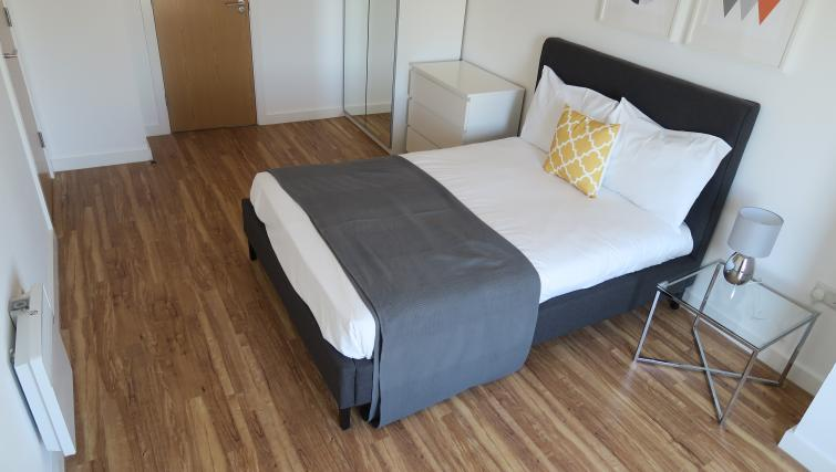 Double bed at Quay Apartments @ Michigan - Citybase Apartments