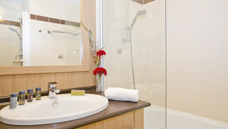Bathroom at Residhome Carrieres la Defense - Citybase Apartments