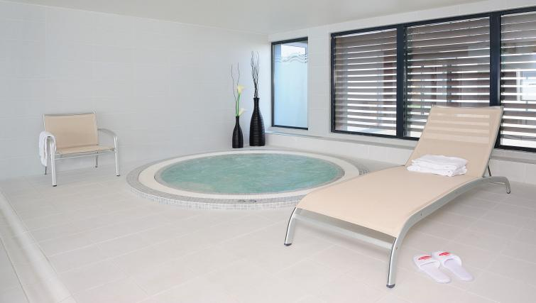 Jacuzzi at Residhome Carrieres la Defense - Citybase Apartments