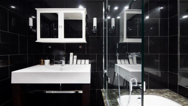 Bathroom at Chelsea Terrace Apartment - Citybase Apartments