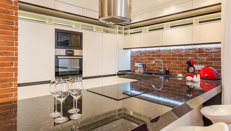 Equipped kitchen at Swietojanska Aparmtent - Citybase Apartments