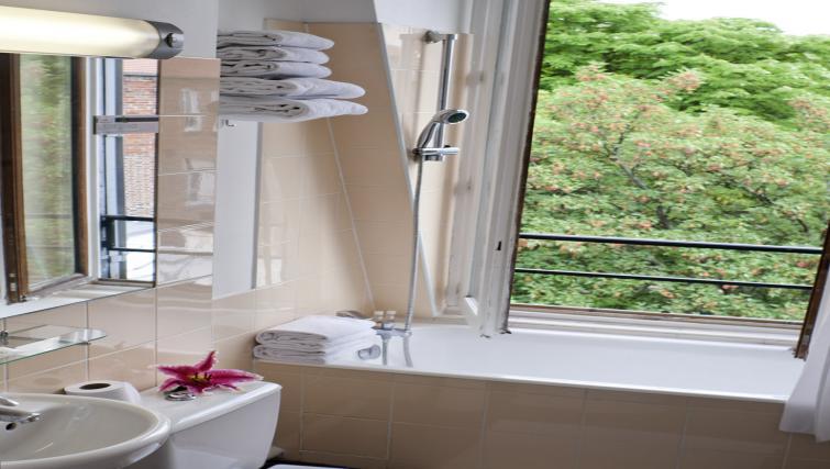 Bathroom at Adagio Access Paris Philippe Auguste - Citybase Apartments