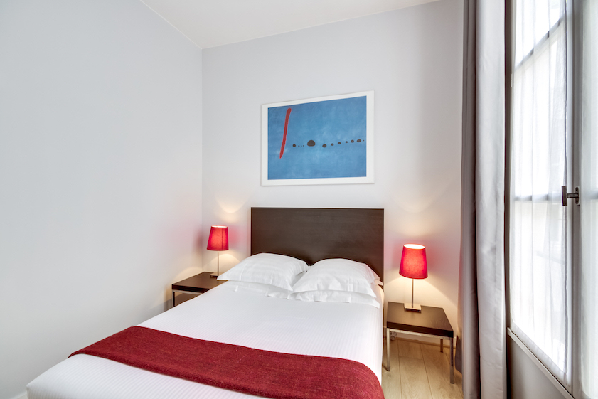 Double bed at Rue Du Mail Apartments - Citybase Apartments