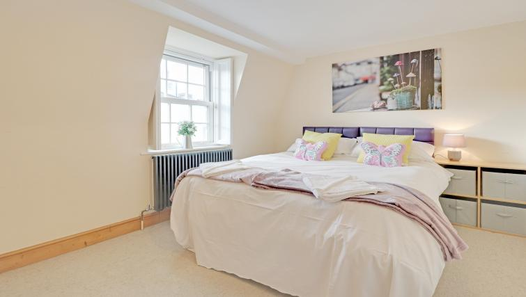 Spacious bedroom at Pebble Mews House - Citybase Apartments