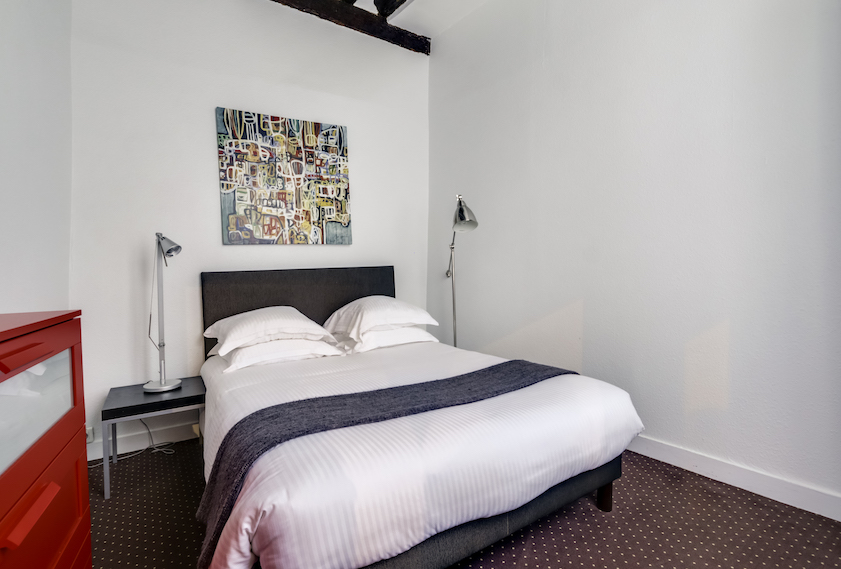 Double bed at Rue d'Argout Apartments - Citybase Apartments
