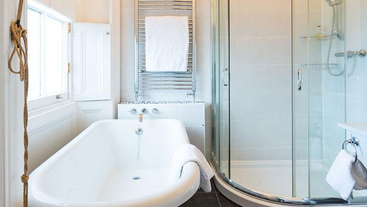En suite bathroom at 21 Montpelliar House - Citybase Apartments