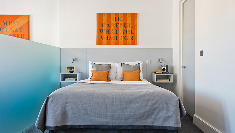 Double bed at Templeton Place Aparthotel - Citybase Apartments