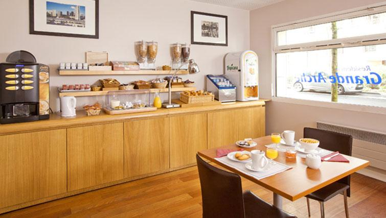 Restaurant at Séjours & Affaires Grande Arche Apartments - Citybase Apartments