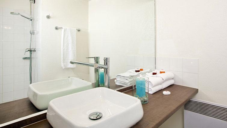 Bathroom at Séjours & Affaires Grande Arche Apartments - Citybase Apartments