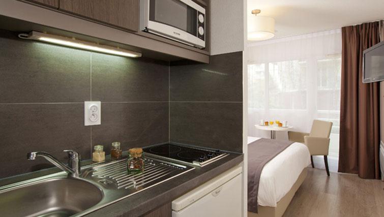 Studio area at Séjours & Affaires Grande Arche Apartments - Citybase Apartments
