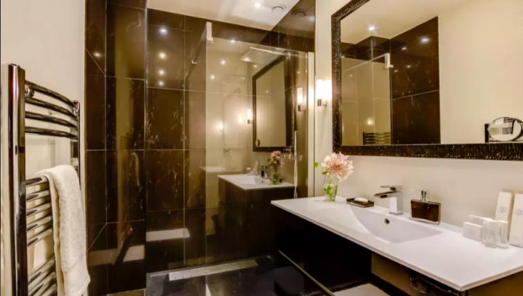 Modern bathroom at Villa Jocelyn - Citybase Apartments
