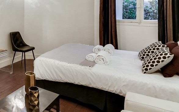 Double bed at Villa Jocelyn - Citybase Apartments
